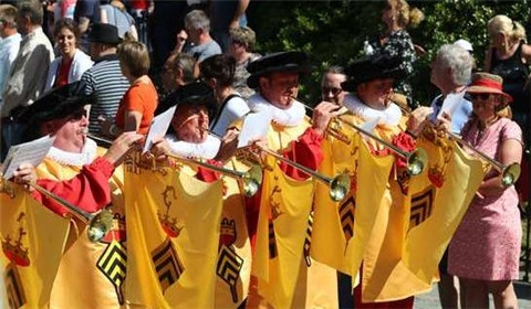 比利时蒙斯屠龙节 民众盛装巡游争抢龙尾(图)